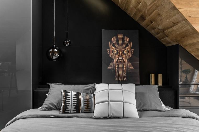 Camera da letto in mansarda bassa, lampade a sospensione, soffitto di legno
