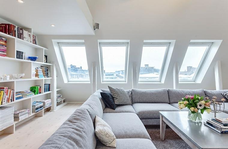 Arredare mansarda, sottotetto con divano angolare, soggiorno con divano grigio
