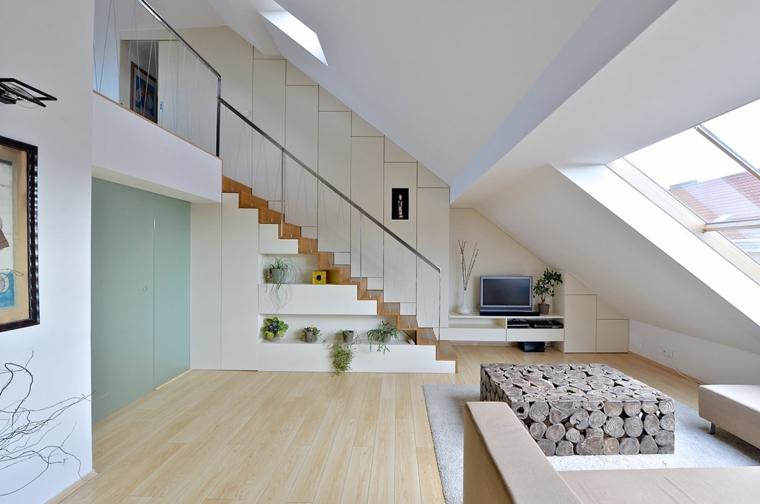 Arredare sottotetto, open space con soggiorno, tavolino di legno per il salotto