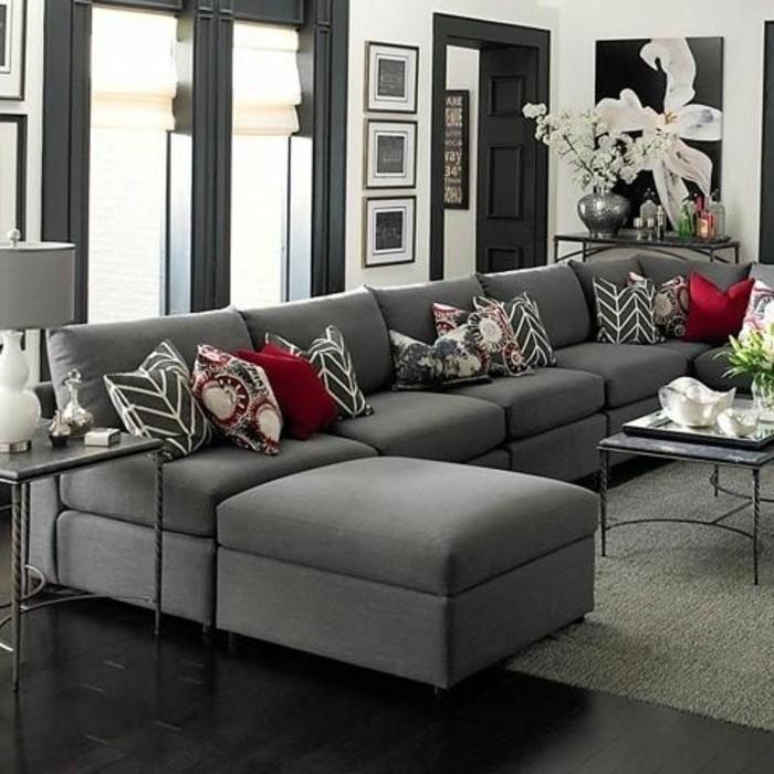 Come arredare il soggiorno, divano con cuscini colorati, pavimento di legno scuro
