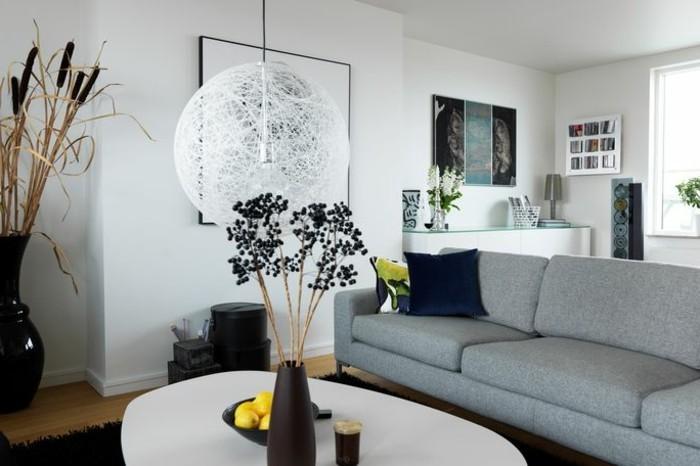 Idee arredamento soggiorno, divano tre posti grigio, tavolino ovale bianco