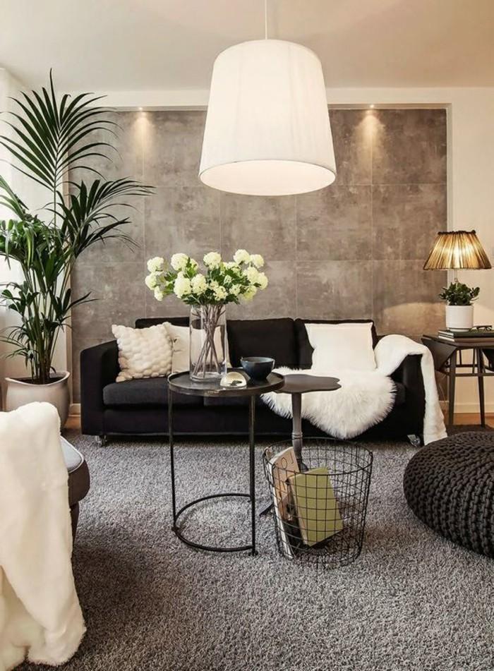 Soggiorno bianco e grigio, parete di colore grigio, tappeto a pelo lungo, tavolino di metallo
