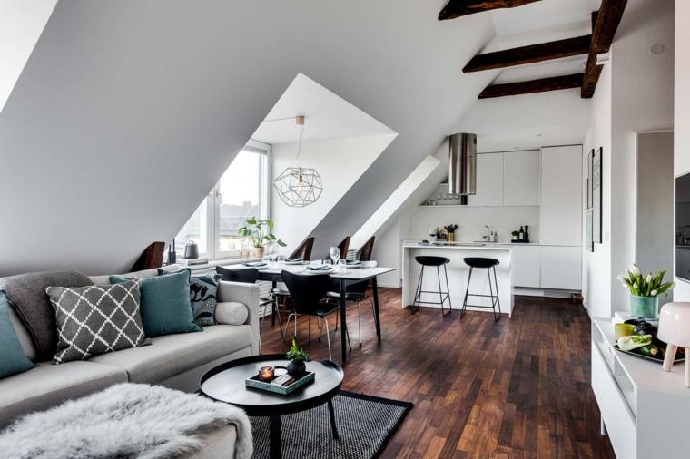 Mansarda con open space, cucina con mobili di colore bianco, salotto con divano