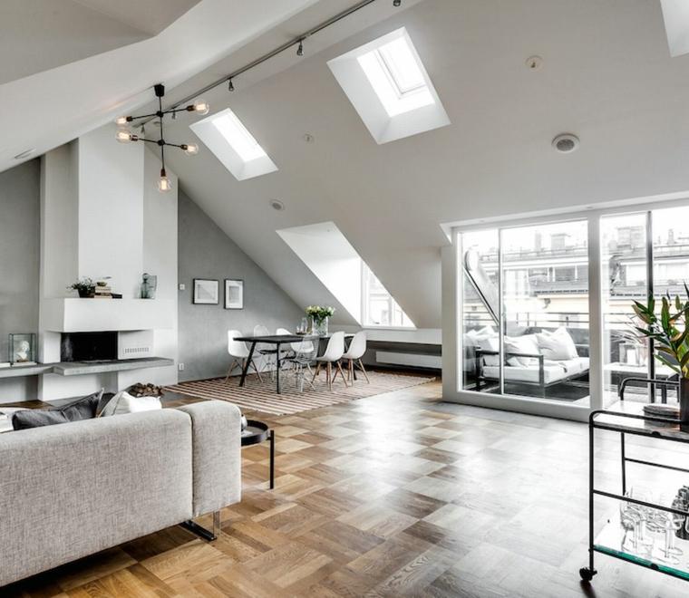 Salotto con divano grigio, soggiorno con camino, open space in mansarda
