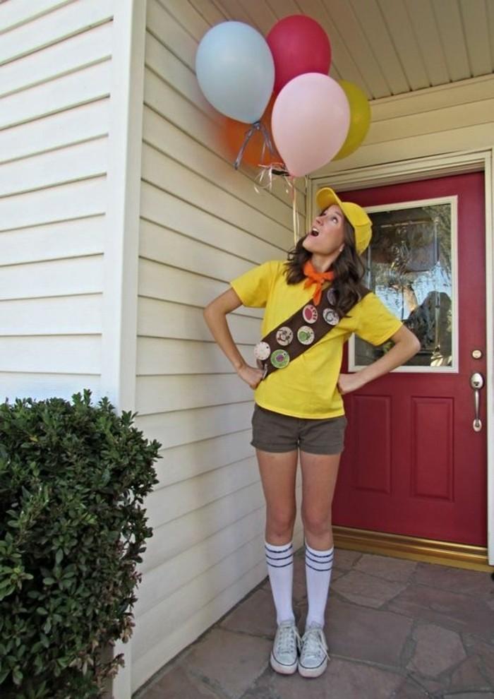 Ragazza travestita come scot, maglietta di colore giallo, palloncini colorati legati