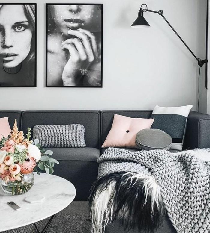 Fotografie attaccate alla parete, salotto con divano, tavolino basso rotondo