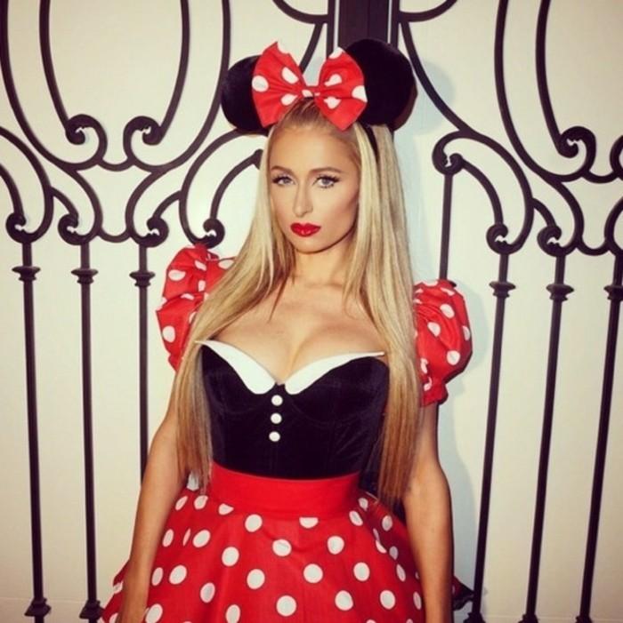 Paris Hilton con capelli biondi, travestimento da Minnie Mouse, abito con gonna rossa