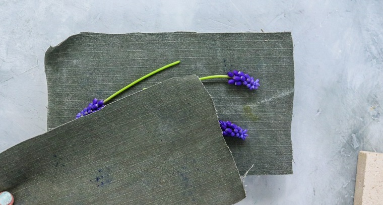 Pezzi di stoffa colore grigio, fiori di colore viola, idee festa della mamma