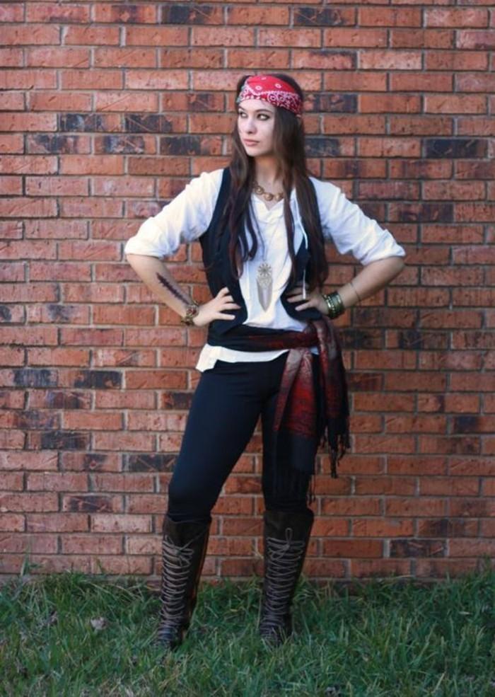 Ragazza travestita come pirati dei caribi, abbigliamento fai da te per Halloween