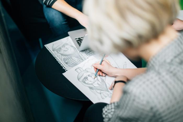 Disegno a matita, ragazza con capelli biondi, disegnare figure