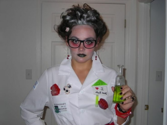 Travestimento semplice per Halloween, ragazza con camice bianco, liquido verde in bottiglietta di vetro