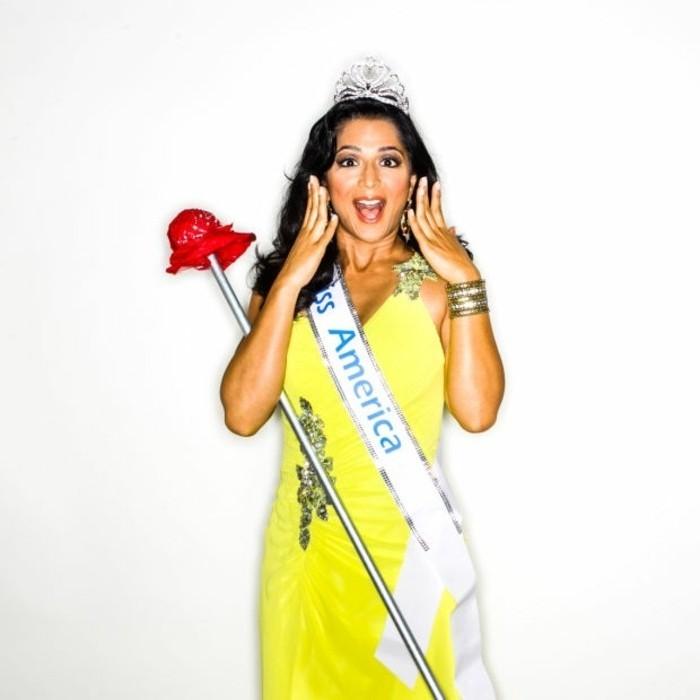Ragazza con abito di colore giallo, ragazza travestita com Miss America per Halloween