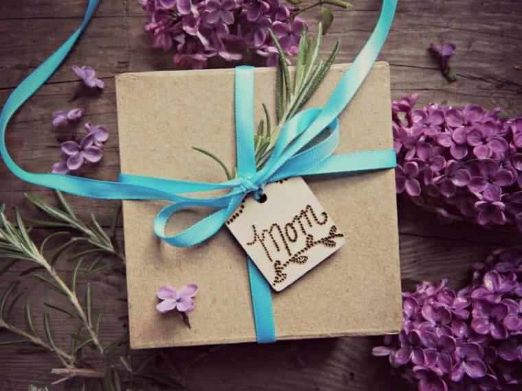 Regalo per la festa della mamma, pacco regalo con bigliettino, fiori con petali viola