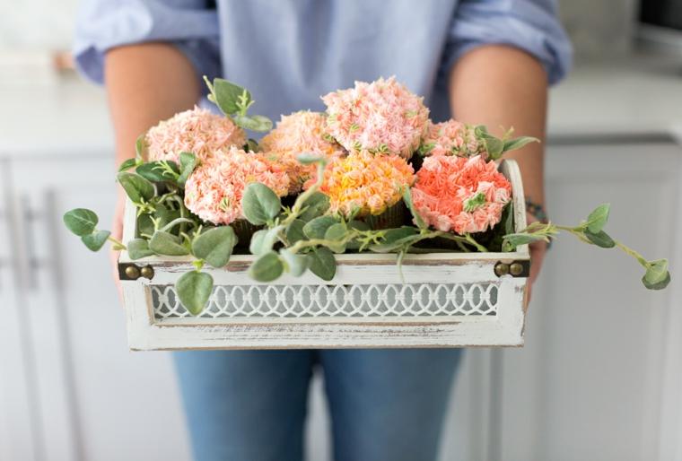 Regali per la mamma, cesto con fiori finti, cupcake con panna colorata