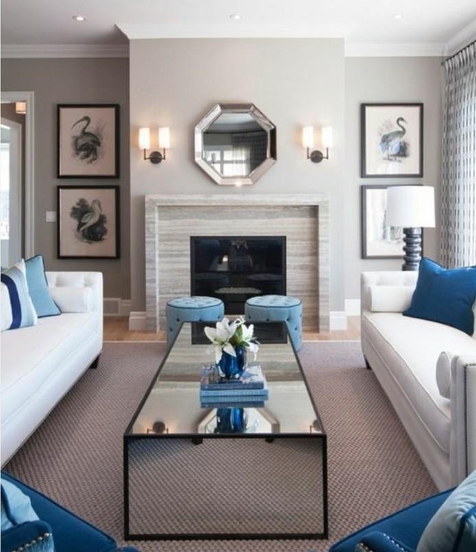 Colori pareti soggiorno, camino rivestito di colore grigio, tavolino rettangolare di vetro