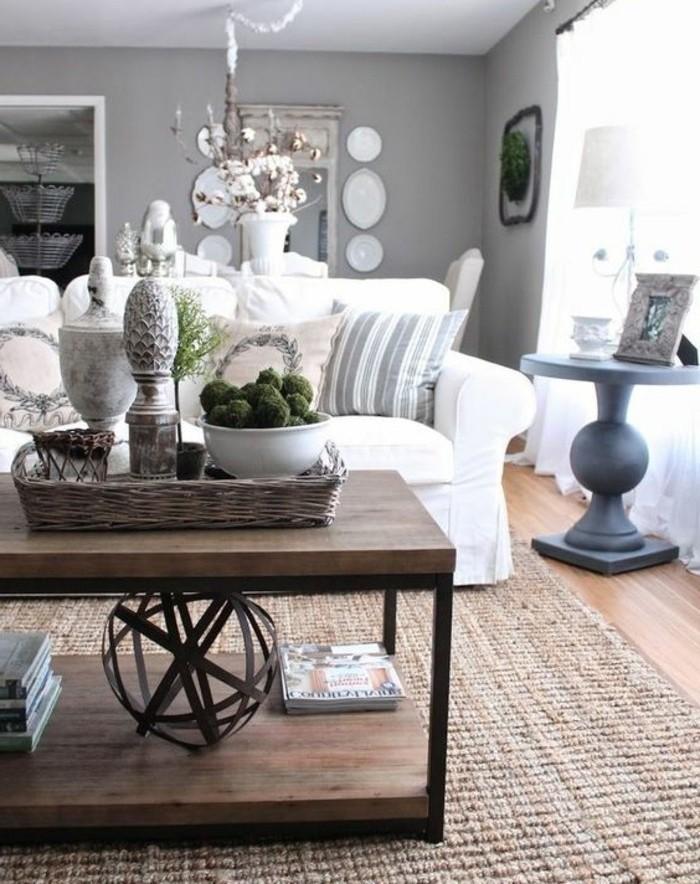 Soggiorno con tavolino di legno, pavimento in parquet chiaro