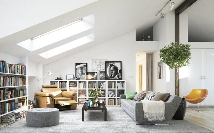 Soggiorno con soffitto in pendenza, divano di colore grigio, tavolino basso di legno