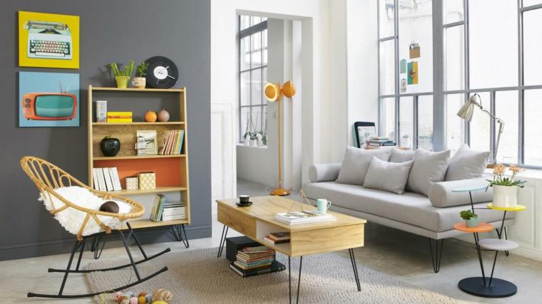 Salotto con divano grigio, tavolino basso di legno, soggiorno con finestre
