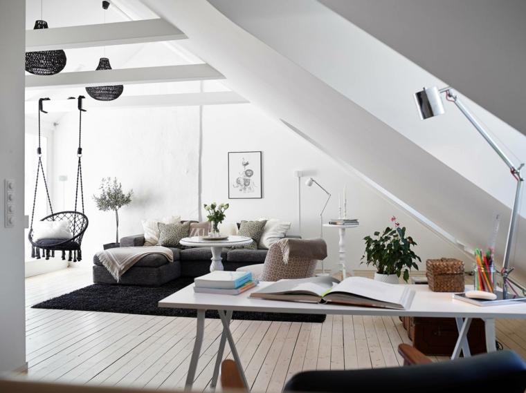 Soggiorno con divano grigio, soffitto in pendenza, divano angolare di colore grigio