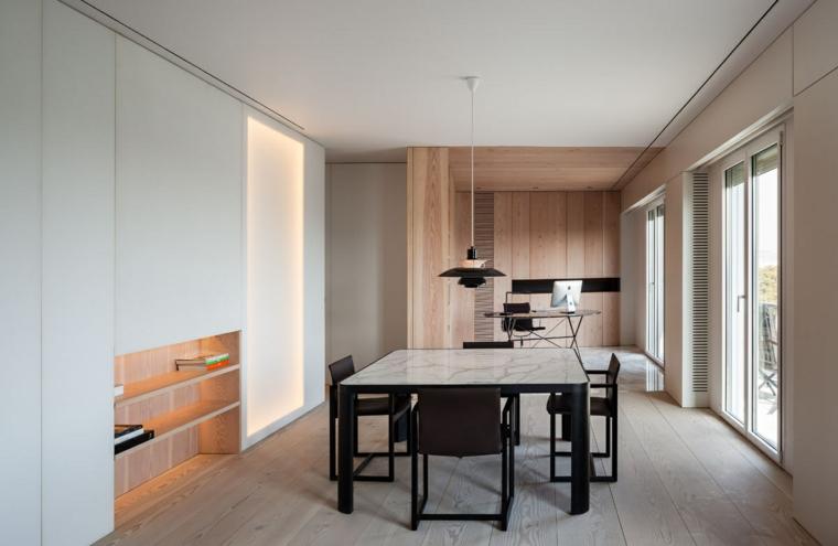 Ufficio con mobili di legno, mansarda con ufficio, tavolo quadrato con sedie