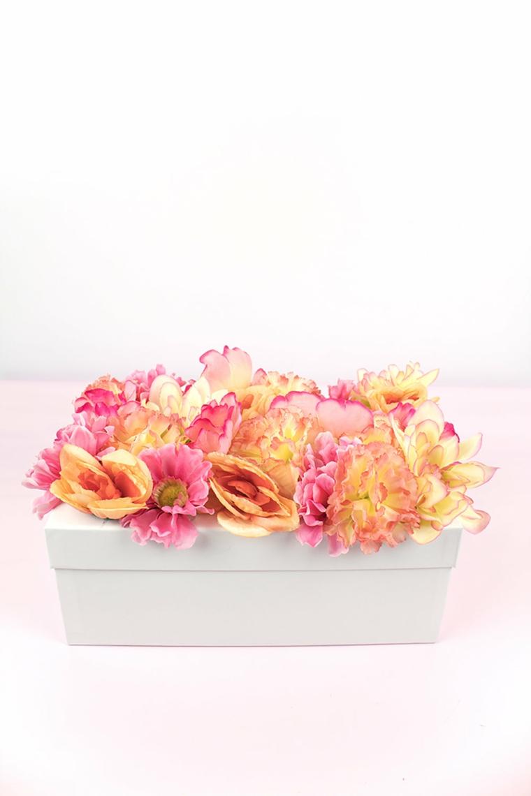 Regalo per la festa della mamma, scatola di colore bianco, coperchio decorato con fiori