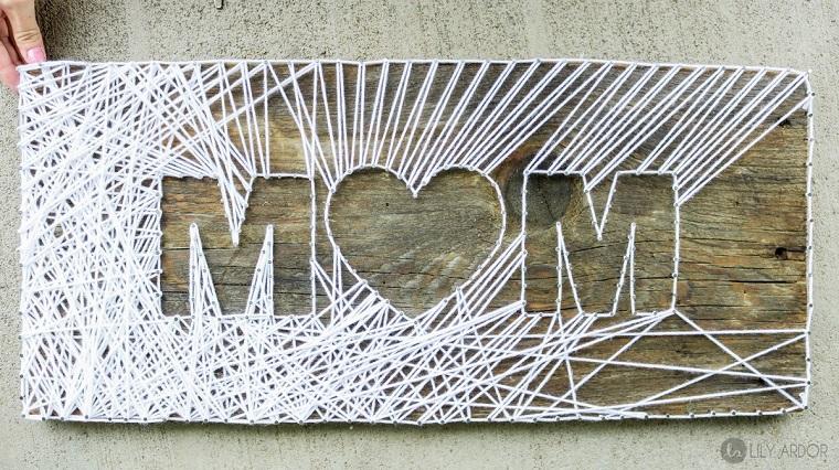 Regalo per la festa della mamma, scritta Mom in inglese, filo di colore colore bianco