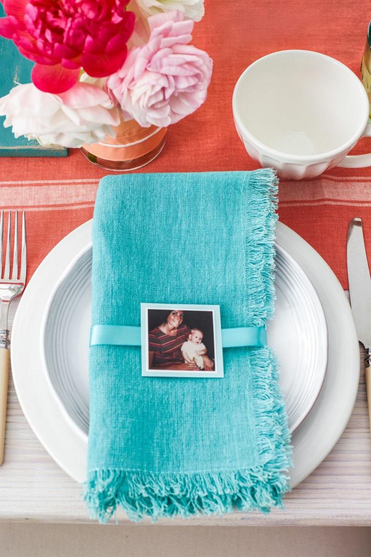 Regali fai da te, segnaposto con foto, tavolo apparecchiato, centrotavola con vaso di fiori