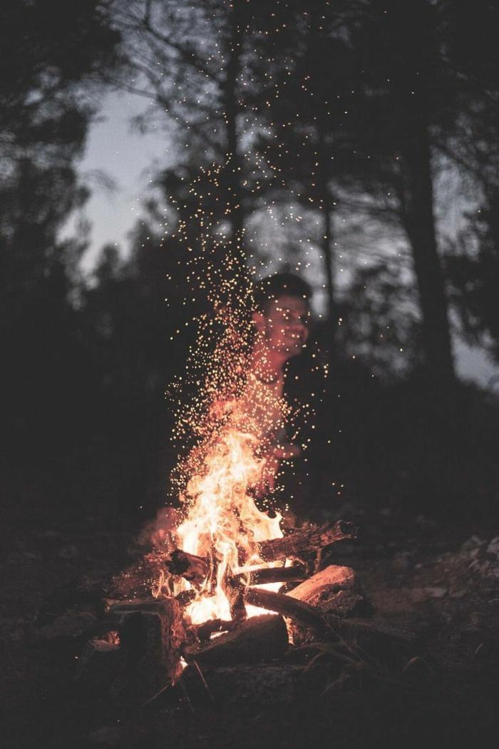 Foto per schermo telefono, fuoco con fiamme, uomo che sorride