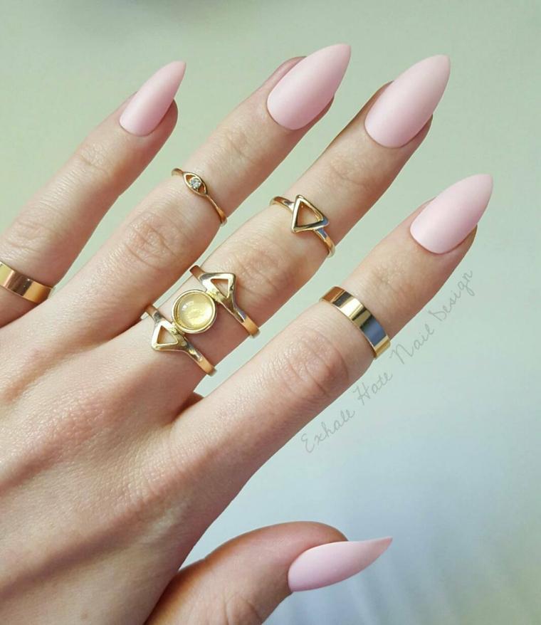 Unghie gel semplici, smalto rosa mat, anelli in oro forma geometrica