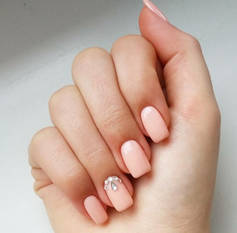 Unghie gel semplici, smalto di colore rosa, decorazione con brillantini