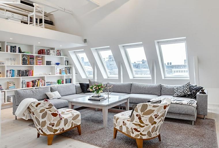 Mobili per mansarde, divano angolare grigio, salotto con poltrone colorate