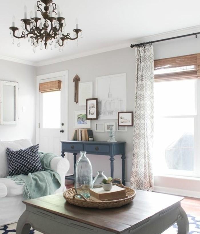 Idee per interni casa, tavolino basso di legno, lampadario di ferro battuto