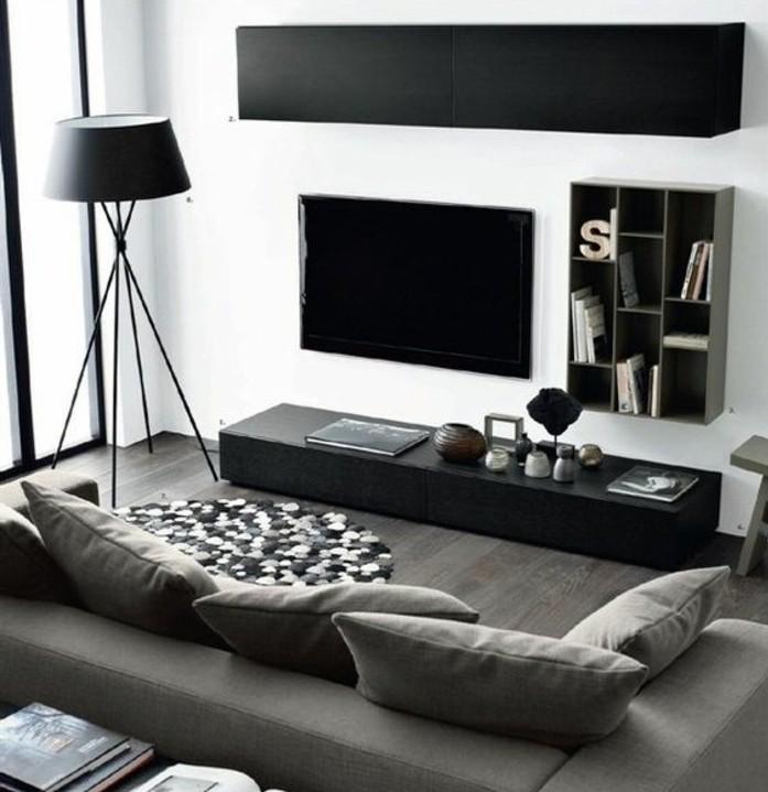 Soggiorno con mobili bassi, divano di tessuto colore grigio, pavimento in legno parquet