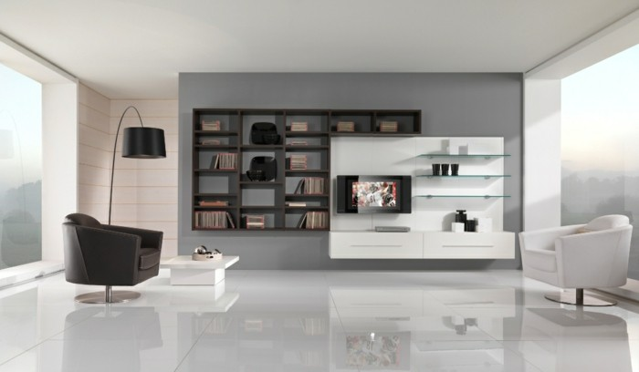 Mobili salotto di pelle, mobili di colore bianco, parete di colore grigio