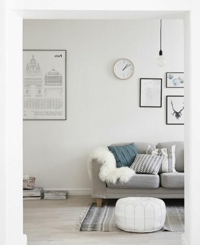Parete di colore bianco, salotto con divano, soggiorno con tappeto colorato