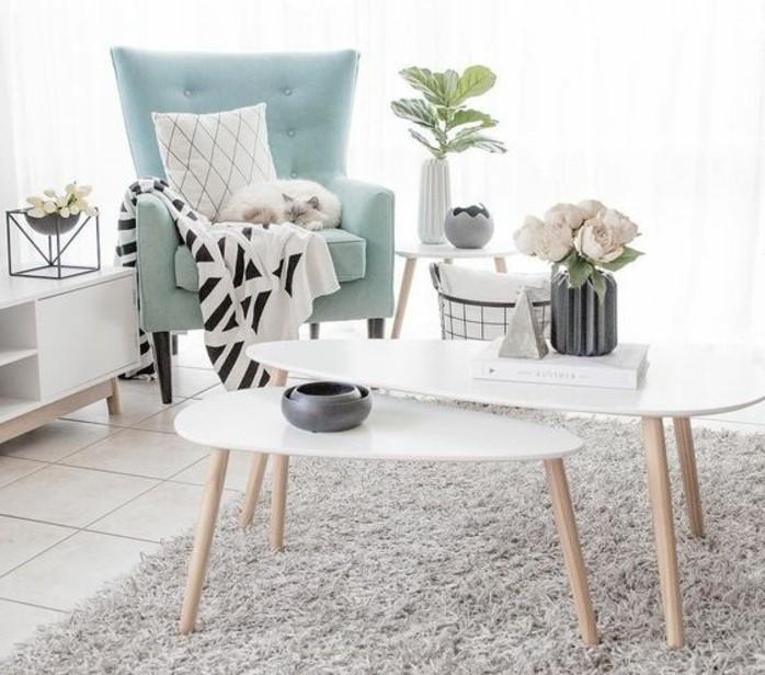 Soggiorno bianco e grigio, poltrona verde Tiffany, tavolino con gambe di legno