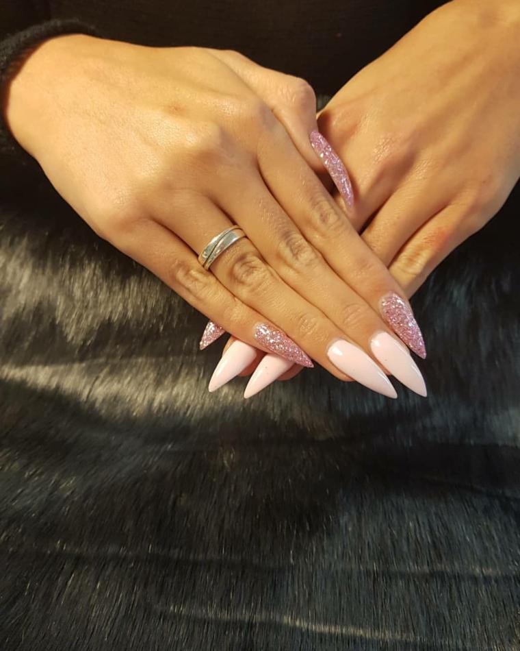 Unghie stiletto lunghe, nail art rosa stilizzata, smalto rosa glitter