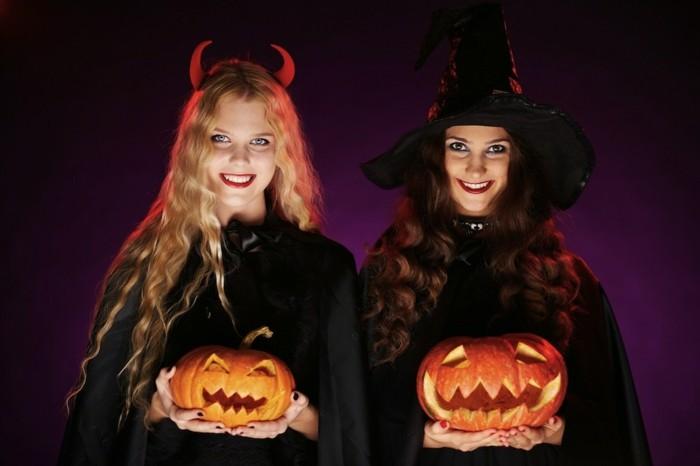Travestimenti Halloween originali, due ragazza vestite come streghe, capello nero da strega