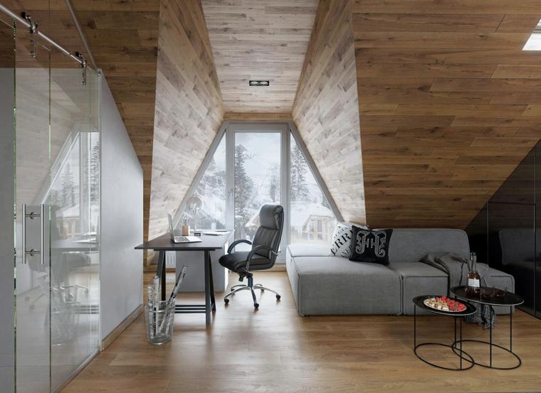 Mobili per mansarde, soggiorno con divano grigio, scrivania con sedia nera di pelle