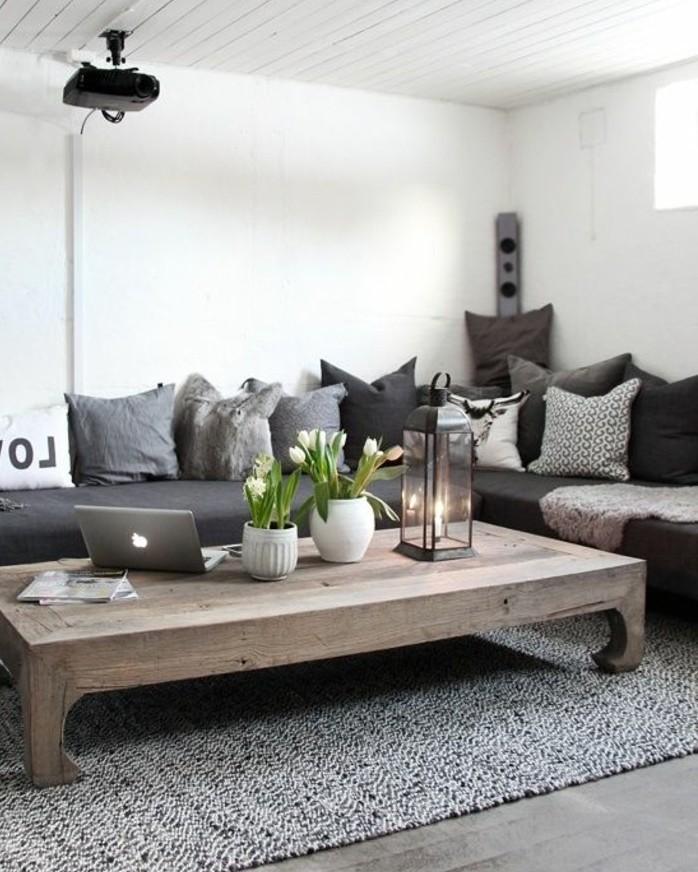 Salotto con divano, tavolino di legno basso, decorazione con vasi di fiori