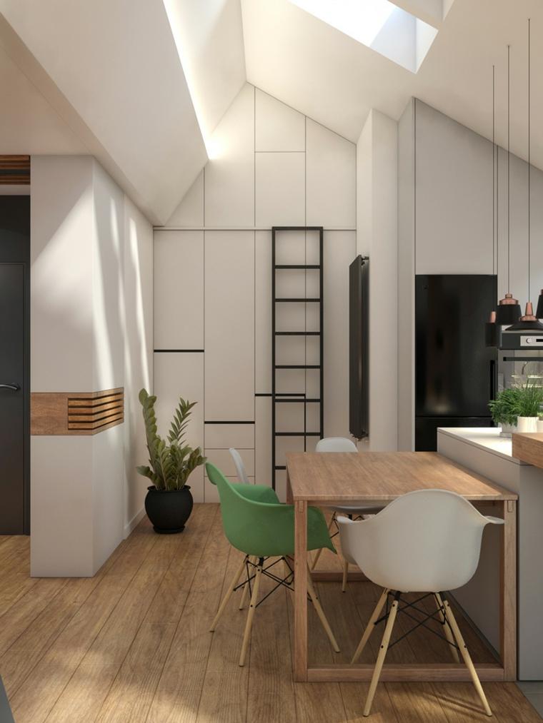Cucina in mansarda, tavolo da pranzo in legno, soffitto in pendenza, living con pavimento in legno