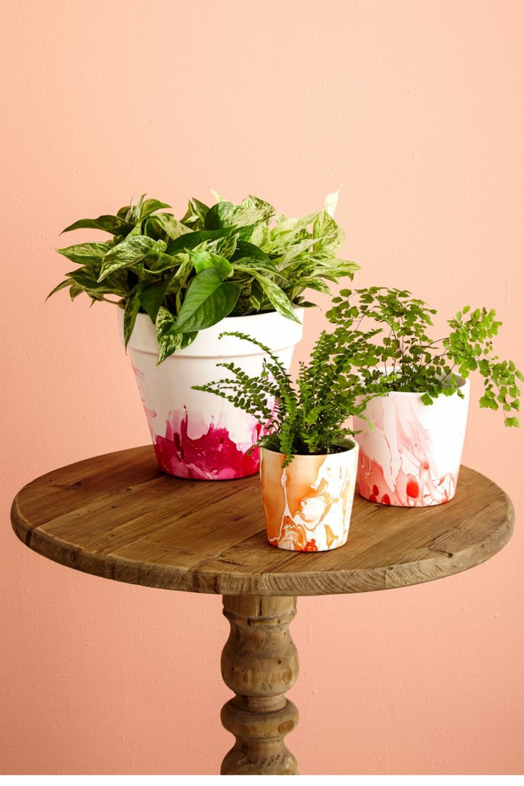 Tavolo con piante, vasi con piante da appartamento, vasi bianchi dipinti