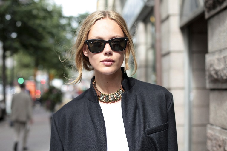 Capelli biondi legati, donna con occhiali da sole, acconciatura capelli lunghi