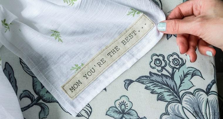Cosa regalare per la festa della mamma, tovagliolo con scritta, scritta personalizzata