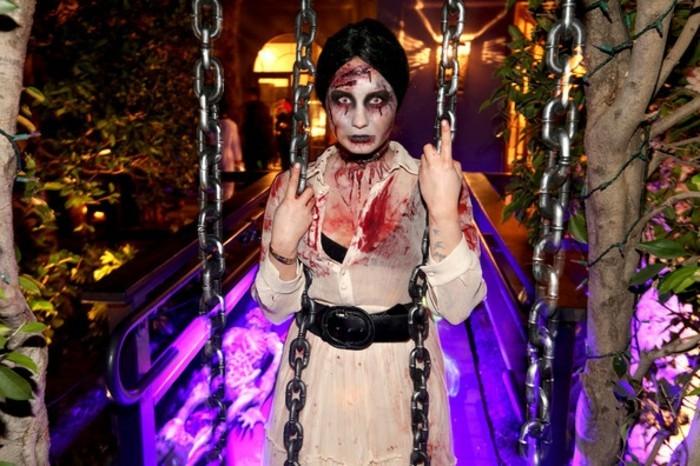 Costumi Halloween adulti, Demi Lovato come zombi, vestito bianco sporco di sangue