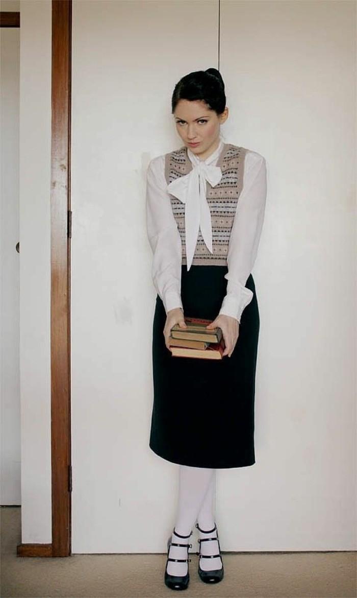 Costume fai da te per Halloween, ragazza con abiti vintage, libri tenuti in mano