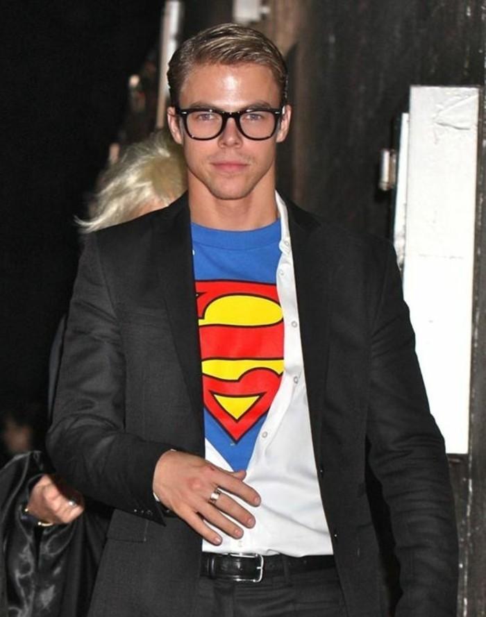 Uomo vestito con abito elegante, maglietta blu di Superman