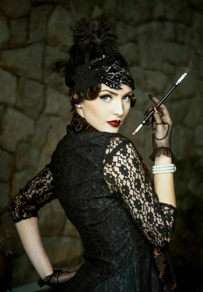 Costume nero di pizzo per Halloween, ragazza con sigaretta in mano
