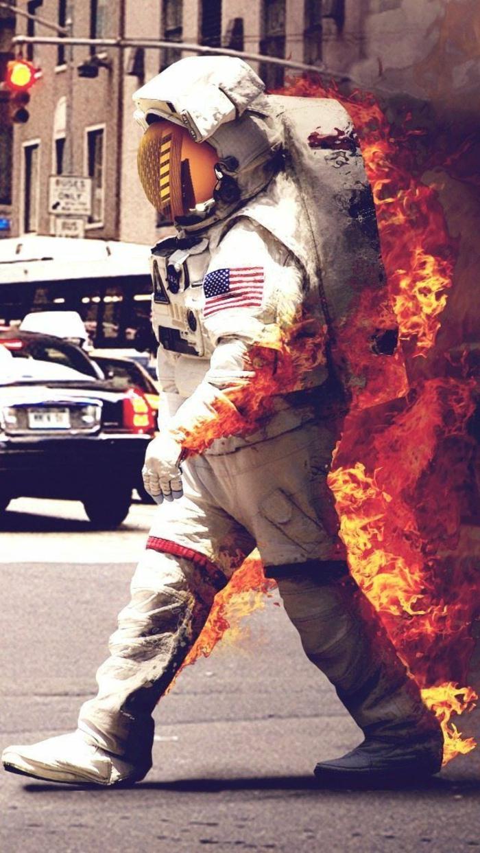Uomo con costume di astronauta, costume da astronauta in fuoco, città con semaforo