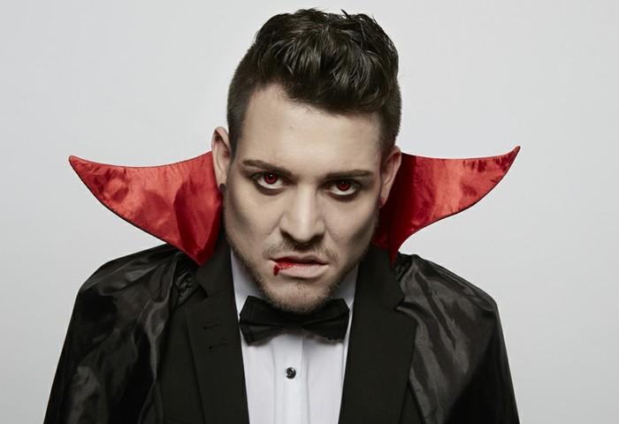 Travestimenti Halloween originali, uomo vestito come Dracula, bocca con sangue finto